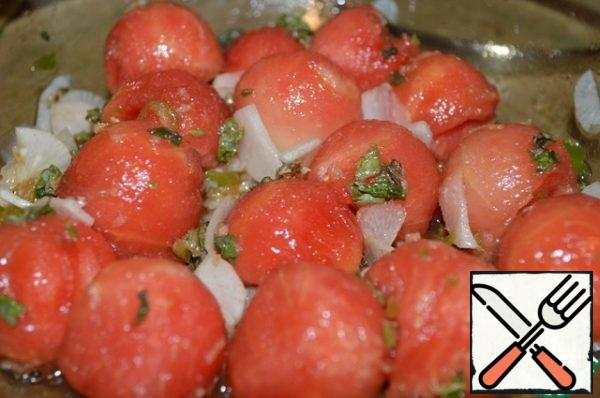 Mix the watermelon and daikon in a bowl, pour over the dressing, sprinkle with chopped mint and mix.