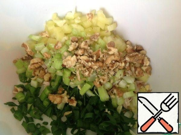 Chop the walnuts, but not to crumble, and left small pieces. It is very convenient to do this with a rolling pin.
