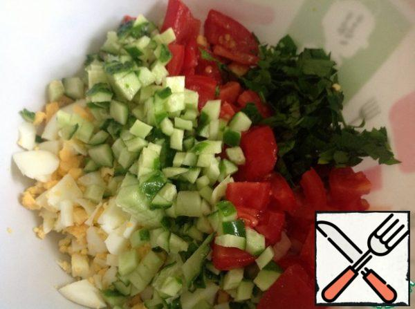 Eggs, cucumber cut into small cubes. The tomato is slightly larger. Finely chop the greens.