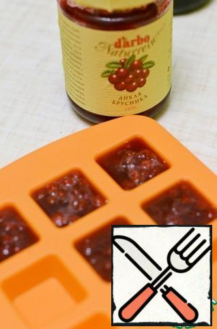 2. mix the Cranberry sauce with water, bring to a boil, and remove from the heat. Squeeze the gelatin, add it to the sauce and let it completely dissolve. Pour the mixture into a silicone mold and put it in the refrigerator until completely solidified.