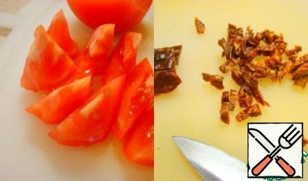 Tomatoes-in large pieces. Cut the dried tomatoes into small pieces.
