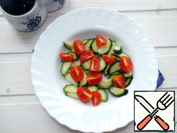 Meanwhile, cut all the vegetables and put them in a bowl. Cucumbers and tomatoes (I took cherry).