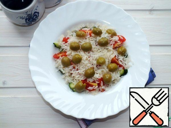 Cut the olives into two halves and add the crumbly rice.