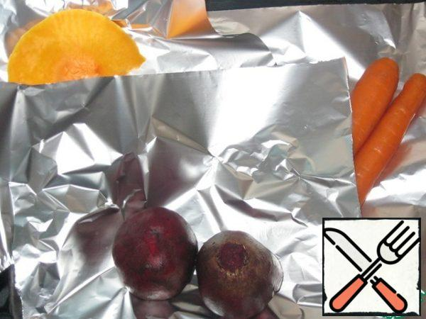 Wash the beets and carrots and put them together with a piece of pumpkin on foil.