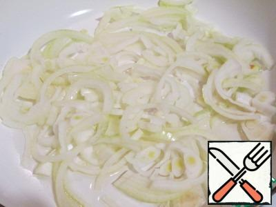 Onions are sent to the pan with hot vegetable oil.