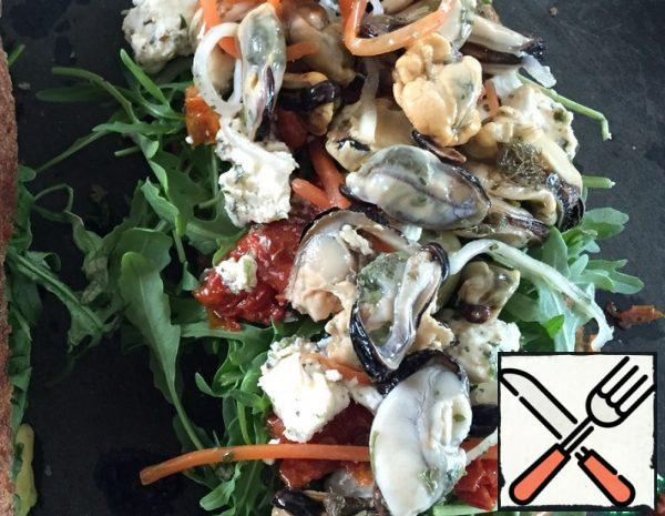 Sandwich with Mussels, sun-dried Tomatoes and Arugula Recipe