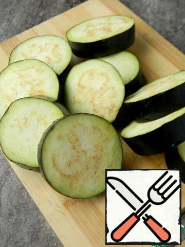 Cut the eggplant into large rings.