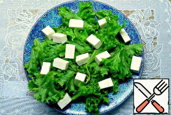 Cut the cheese into cubes, put on the salad.  Instead of feta cheese, you can use Adyghe cheese or mozzarella.