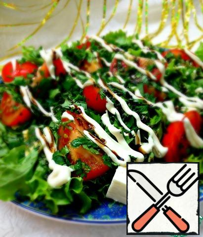 Wash the greens, shake off the water, chop finely and put on the tomatoes.  Drizzle the dressing over the top.  Do not stir.  Decorate with sour cream and balsamic.