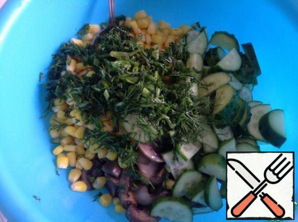 Chop the dill, cut the cucumber into half slices.  I have enough oil from frying mushrooms with onions, you focus on your taste.  If you need to, add more oil to the salad and mix well.