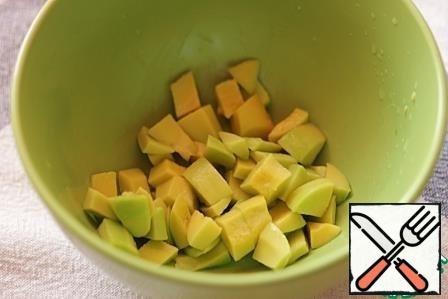 Peel the avocado, remove the pit, cut the flesh into cubes and drizzle with lemon juice.