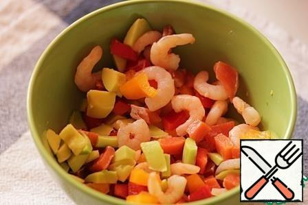 Mix fish with shrimp, bell pepper and avocado, season with salt and pepper to taste, drizzle with olive oil.