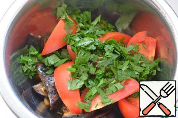 Mix the eggplant with the tomatoes and chopped herbs. Coriander is ideal here. But parsley isn't bad either. When serving, sprinkle with mustard seeds.