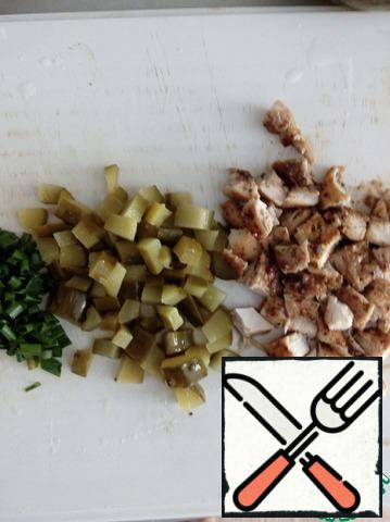 Cut the cucumbers and chicken into cubes, chop the green onions.