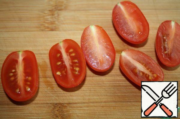 Wash the tomatoes and dry them with a towel. Cut in half. At this time, preheat the oven to 220-250 degrees and preheat for about 15 minutes. It is better to make the temperature as high as possible.