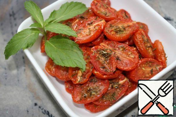 Tomatoes are not dried, but dried and juicy. This snack is not made for future use. The longest storage in oil and three days in the cold.