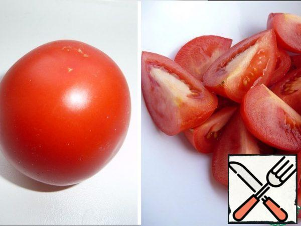 Cut tomatoes into four parts.