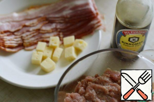 Cut the cheese into small cubes. Cut the bacon strips lengthwise into 2 halves. This way it will be easier to wrap our mitballs.