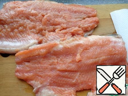 Remove the head, tail (these parts are not thrown away, prepare the ear), fins, cut the fish in half - lengthwise, remove the bones. Prepare the fillet on the skin. Blot it with a paper towel. Salt each half on both sides. Put most of the salt on the thickened edges.