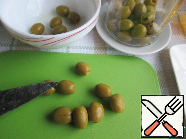 Before placing the olives in the jar, press them lightly with a knife so that they crack, this will improve the impregnation and speed up the pickling.