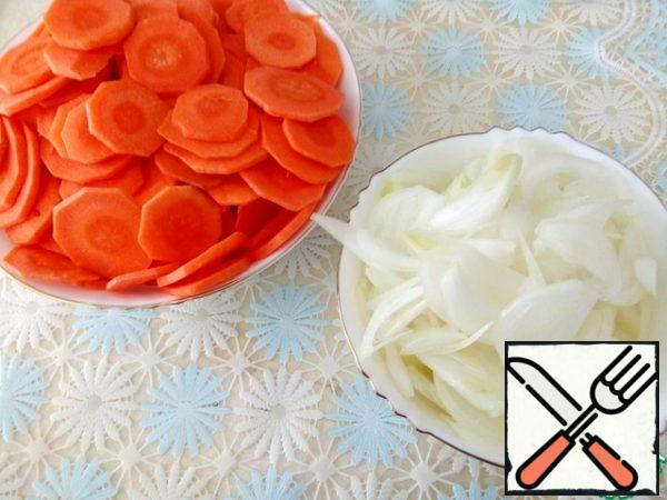 Chop or grate carrots into thin rings.  Cut the onion into half rings.  Chop the garlic.