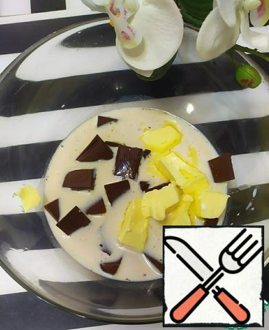 Melt the chocolate, milk and butter in a water bath. Mix everything well.