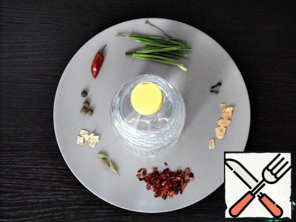 Measure the desired amount of table vinegar 6%. Spices-spices are better to take dry, they do not have excess moisture.