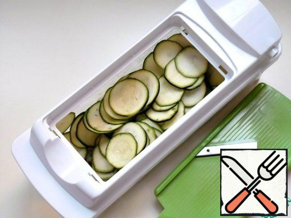 Dry zucchini with a towel and cut into thin rings - 1-2 mm.