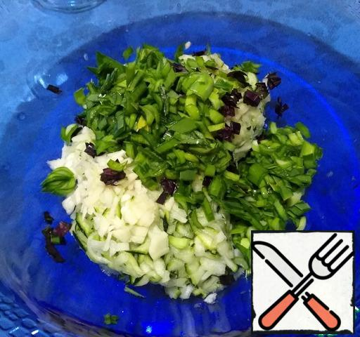 Cut the green onion and Basil, add to the garlic and zucchini, and mix.