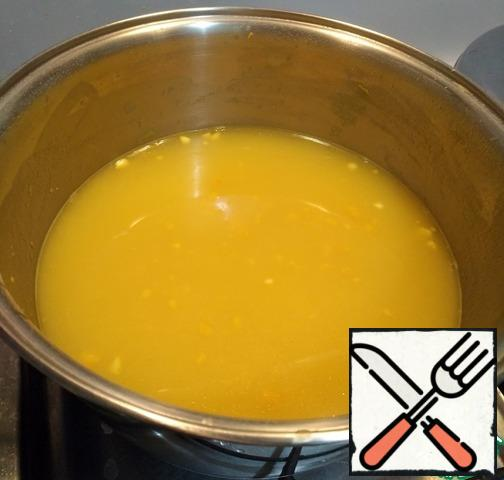 "Heat the pan over low heat. In a preheated pan, pour the flour, stirring and calcining. Then add turmeric. From contact with hot turmeric will begin to actively give off its flavor. As soon as you feel the aroma, you can add butter and slowly pour in the milk (or a little water, if you do not use milk). During the infusion process, stir the mixture with a whisk. As soon as the mixture has become homogeneous and all lumps are eliminated, add boiling water. We take about enough water to cover all our ""meatballs""."