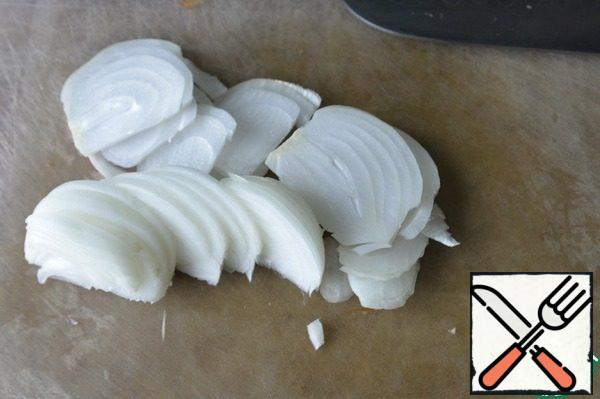 Clean the onion, cut it into half rings, if large, then strips.