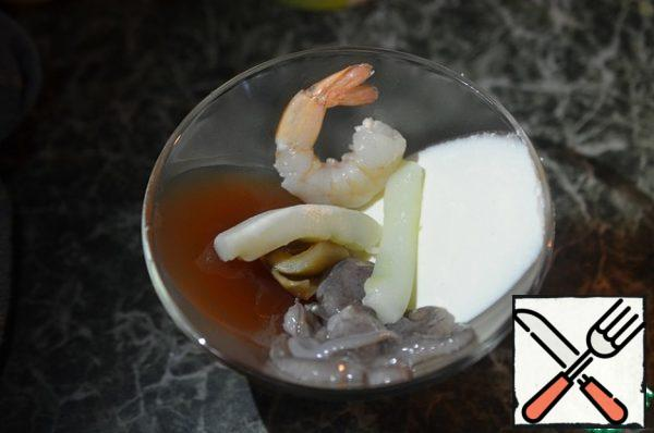Dissolve the remaining gelatin in the remaining broth. Defrost the seafood, they are already cooked, so just spread them on top and pour the broth.