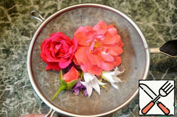 The petals of many flowers are edible: you can take rose petals and buds, Linden flowers, marigolds, violets, calendula. Wash the flowers. Small buds can be left intact.