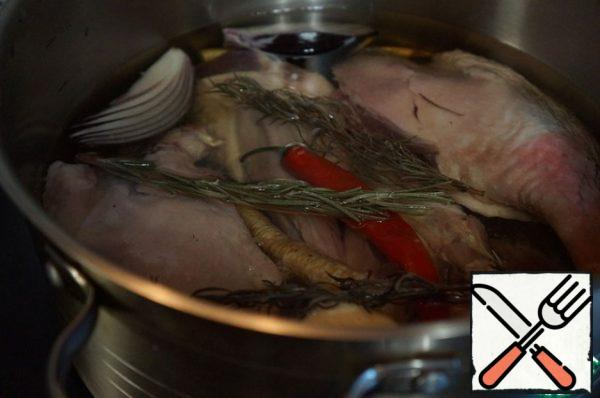 Pour all the oil so that it covers the bird completely. If the volume specified in the recipe is not enough (there are different legs), add more.