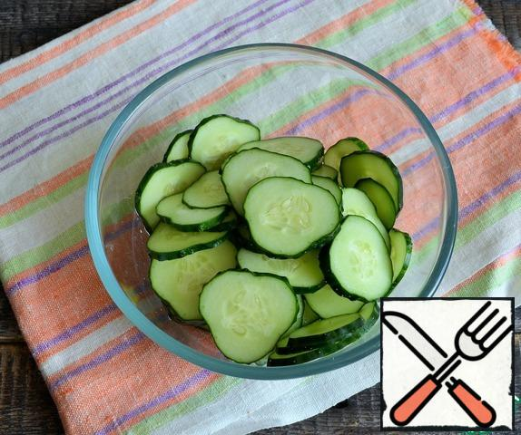 Wash the cucumbers and cut them into small circles. Fold into a Cup suitable for microwave.