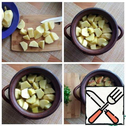 Cut the potatoes into fairly large slices. We send it to the pot. Put the peppers in there. Fill with salted mushroom broth. Put in the oven for 1 hour at t-180 C. Remove the pot from the oven. It is already fully ready. The potatoes are browned on top, the contents of the pot are fragrant. But I'll finish it a little more. Chop the greens finely.