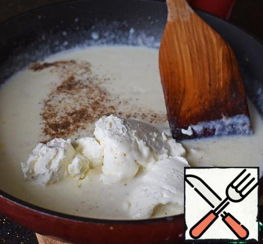 Preparing the sauce. In a saucepan, melt the butter, add the flour and fry it, stirring thoroughly. Continuing to stir continuously, pour in the milk in a thin stream. Then add mascarpone, salt and ground black pepper. Stir until the sauce is smooth.