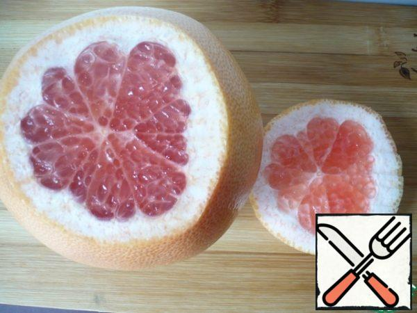 Then cut off the top of the grapefruit. (Cut the second grapefruit in the same way)