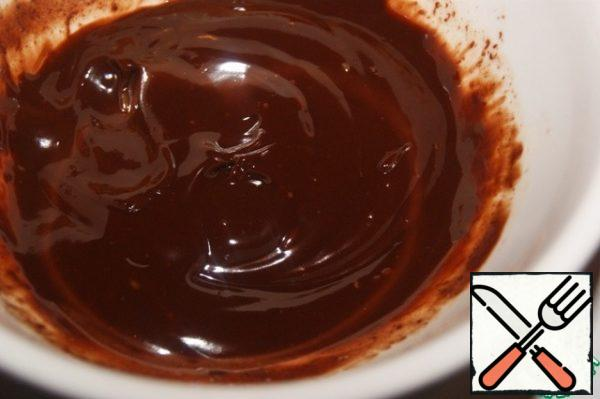 Ganache, you need to prepare the day before. Heat the cream and pour it over the sliced chocolate, and after a minute, mix until smooth. Cover with plastic wrap and refrigerate.