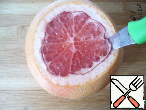 Cut the edges of the pulp with a knife along the diameter of the fruit.