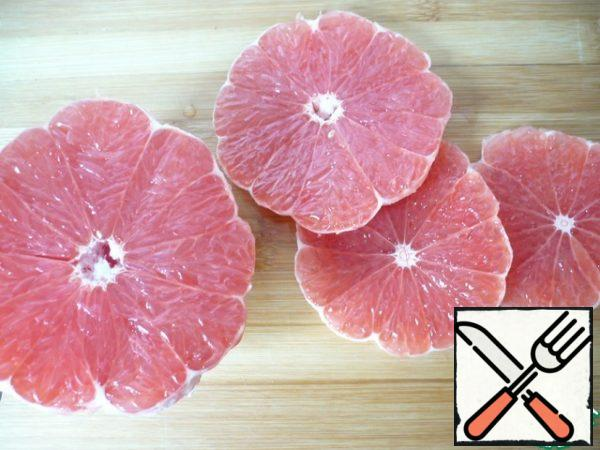 Now you need to prepare the grapefruit pulp for the layer: peel the third grapefruit.