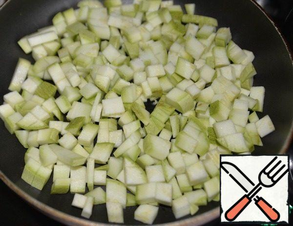 Put the zucchini in a dry pan, keep on medium heat, slightly salted. The liquid in which it will be stewed is released.