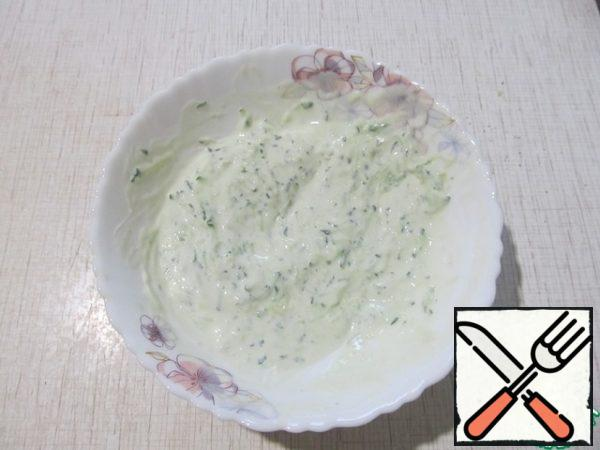 Prepare the sauce. Add the cucumber and lemon juice grated on a fine grater to the yogurt. Salt. Put it in the refrigerator.