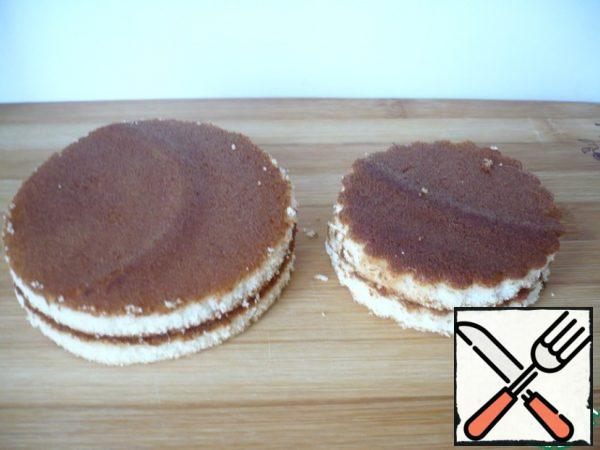 It turned out 4 cakes: two large diameter = 8 cm and two smaller diameter cakes = 6 cm.