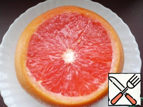 Take a sliced grapefruit slice and cover with a layer of cream. Put the cakes in the refrigerator for one hour.