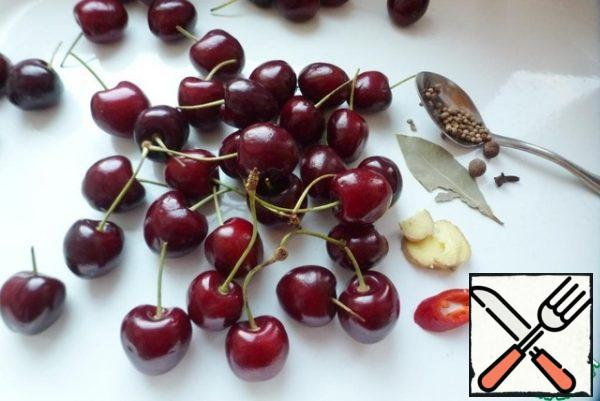 Prepare the ingredients for the appetizer. Wash the cherries and cut the stalks in half. All the ingredients are given for about a half-liter jar.