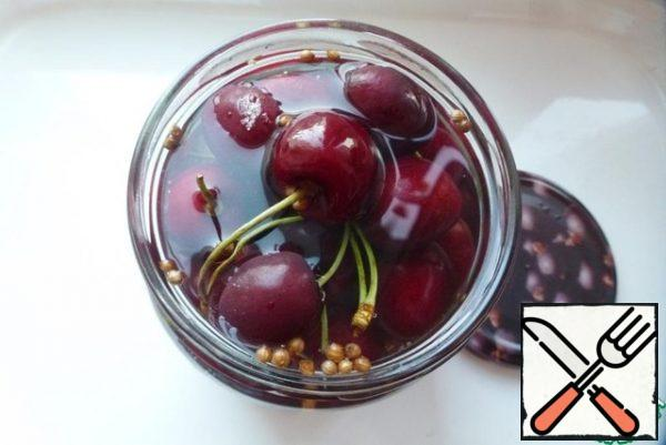 Prepare the marinade. To do this, combine the salt, sugar, water and vinegar in a saucepan and bring to a boil. Fill the jar with cherries with hot marinade.