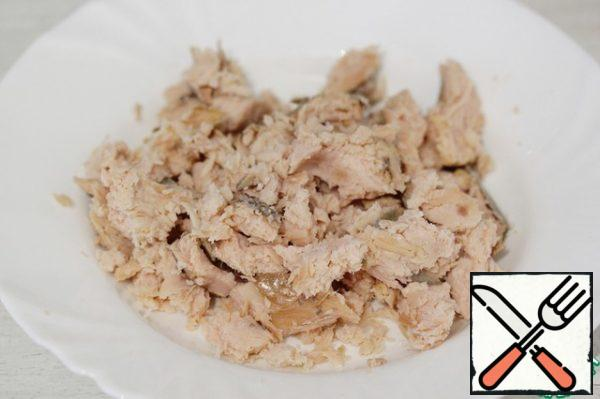 Clean the hot smoked hump from the skin and bones, break the flesh into small pieces and put it in a bowl.
