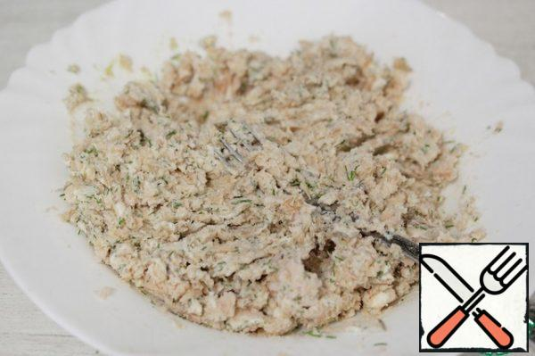 Mix everything thoroughly, kneading with a fork. You should get a mass similar to pate.