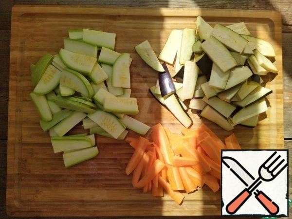 Coarsely cut vegetables: zucchini and eggplant plates 2-4 mm thick, carrots - 1-2 mm. It is refractory, it is better to cut it thinner than other vegetables.